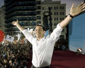 सिरिजा पार्टी के नेता सिपरास अपने समर्थकों के साथ