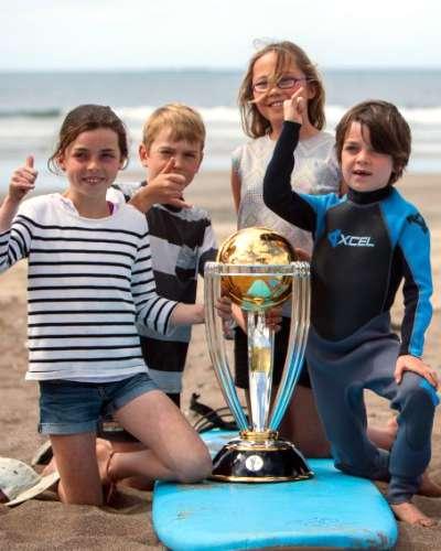 विश्व कप ट्रॉफी के साथ बच्चे