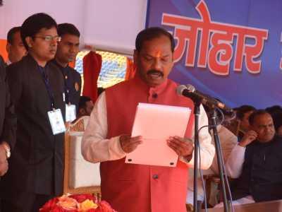 मुख्यमंत्री पद की शपथ लेते रघुबर दास