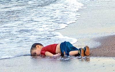 मासूम अयलान कुर्दी की इस तस्वीर ने सारी दुनिया को झकझोर दिया