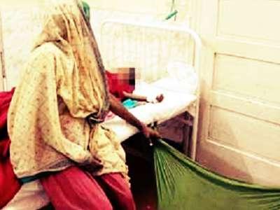 छह साल की यह बच्ची अस्पताल में मौत से जूझ रही है फोटो साभार : अहमदाबाद मिरर