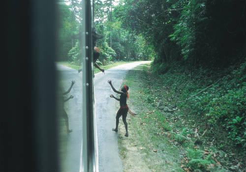 अंडमान ट्रंक रोड पर पर्यटकों का जारवा आदिवासियों से आमना-सामना होता रहता है