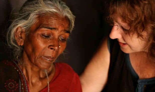 डॉक्यूमेंटरी की निर्देशक लेजली उडविन निर्भया मामले में आरोपी मुकेश की मां के साथ