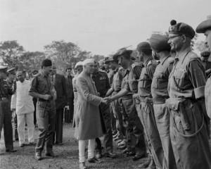 सेना के अधिकारियों के साथ जवाहरलाल नेहरू
