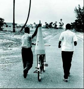 थुंबा प्रक्षेपण केंद्र में शुरूआत में रॉकेट साइकिल से ढोकर ले जाए जाते थे