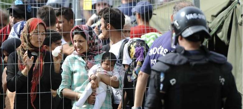 शरणार्थियों को रोकने के लिए हंगरी ने सीमा सील करके इमरजेंसी लगाई